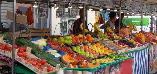 (VIDÉO) – COVID-19 : Suis-je le seul à être en confinement à la maison car vous êtes nombreux à vous promener au marché sous un beau soleil ?!