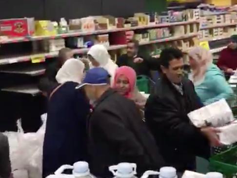 (VIDÉO) – CORONAVIRUS : Les rayons d'un supermarché pris d'assaut par une horde de femmes voilées – Merci la CAF !