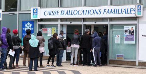 Des citoyens « Français » font la queue dans une file d'attente gigantesque à la CAF de Saint-Ouen !