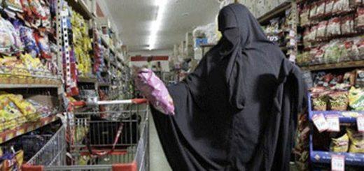 (VIDÉO) - Une femme Musulmane en niqab surprise en train de voler dans un supermarché !