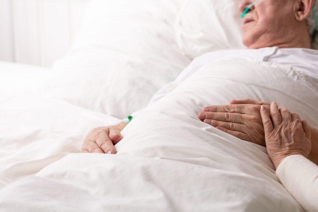 « Des personnes âgées auraient pu être sauvées » : Le refus d'hospitalisation de résidents d'Ehpad, dernier tabou du Covid-19 !