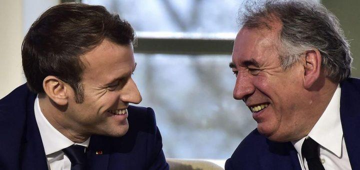 COVID-19 : François Bayrou a remplacé les étiquettes des masques Chinois par des étiquettes tricotés en France !