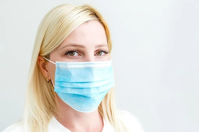 (VIDÉO) – COVID-19 : Les masques chirurgicaux ne protègent pas contre les virus, seuls les masques FFP2 protègent vraiment !