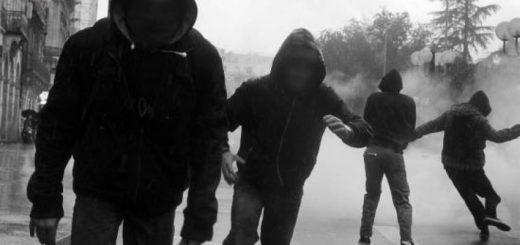 (VIDÉO) – PITOYABLE : Un homme black asperge volontairement un SDF avec son soda !