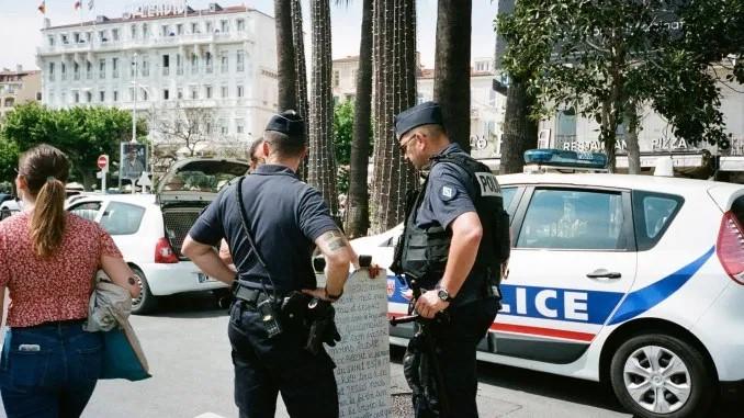 Paris : Des policiers agressés par un migrant Somalien armé d'une planche en bois cloutée !