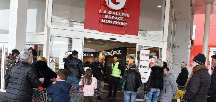 Saint-Etienne (42) : Des Musulmans sèment la panique dans un supermarché en priant et criant « Allahu Akbar ! »