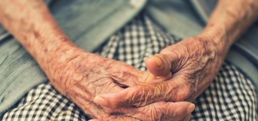 (VIDÉO) – Des aides-soignants « noirs » frappent très sauvagement une personne âgée « blanche » dans un Ehpad !