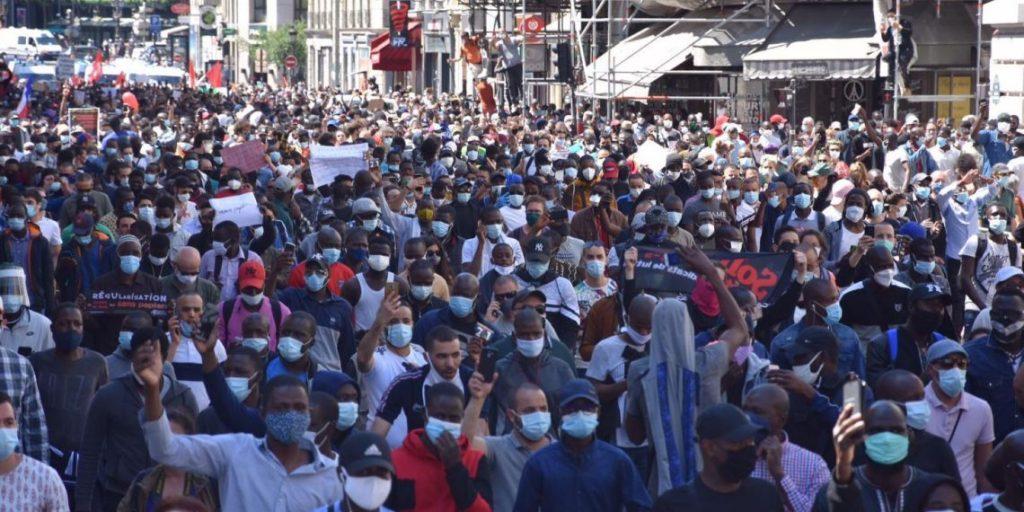Manifestation des sans-papiers à Paris le 30 mai 2020 - Sans-papiers mais pas sans Iphone remarque Marine Le Pen