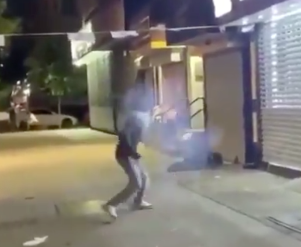 (VIDÉO) – Un homme black balance un gros pétard sur un SDF qui dormait par terre !