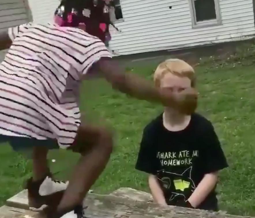 (VIDÉO) – Un enfant noir donne un gros coup de poing au visage d'un enfant blanc !