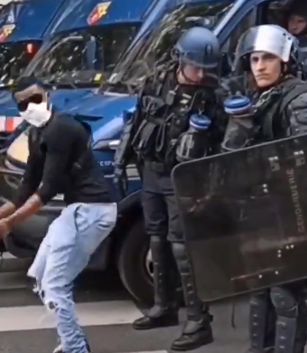 Violences policières : Un homme black provoque des policiers qui restent calme durant la manifestation pour Adama Traoré !