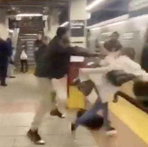 (VIDÉO) – Un homme noir bouscule très brutalement une femme contre un train !