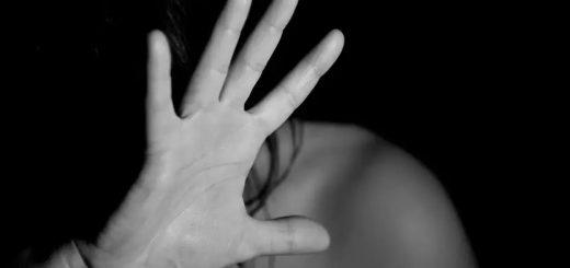 (VIDÉO) – Une femme noire projette violemment à terre une jeune mère blanche avec son bébé dans les bras !
