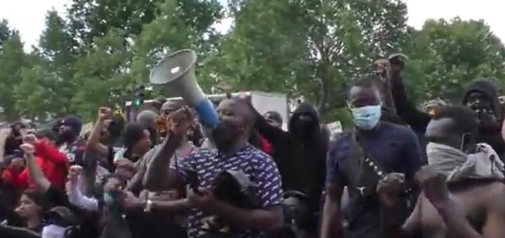 Génération Adama : Des hommes noirs hurlent : « Zemmour, on t'encule ! » lors de la manifestation de la famille Traoré…