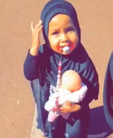 Imposer la Burqa à une fillette même pas en âge de parler, sous 30 degrés, est juste criminel !