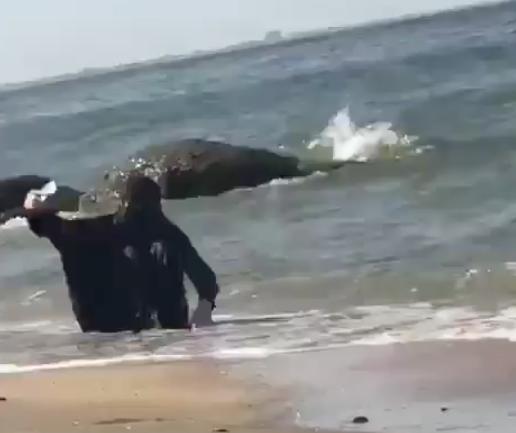 MDR : Une femme en burqa se baigne dans la mer en faisant des selfies !