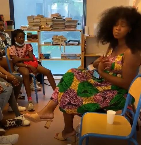 Assa Traoré : « L'origine du nom de famille Traoré signifie Guerrier ». Cette simple d'esprit s'y croit vraiment devant des enfants de cités !