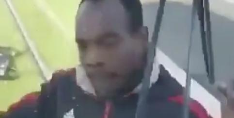 (Vidéo) : Un migrant arrête un tramway et lui tord les essuie-glaces !