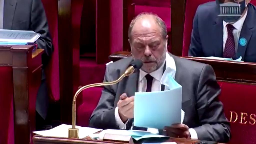 Quand Éric Dupond Moretti se perd dans ses fiches en cafouillant comme un gamin : « Putain d'amendement ! »