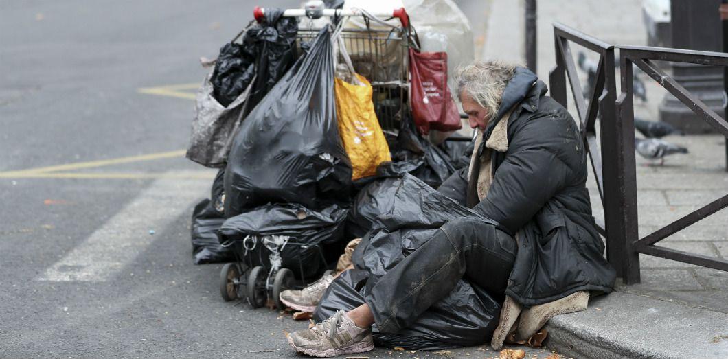 SONDAGE : Est-ce normal que la Mairie de Paris loue des logements à 75€ aux migrants pendant que plusieurs milliers de SDF Français dorment dans la rue ?